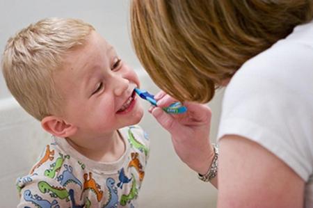 Cuidando dos Dentinhos saúde do bebê higiene do bebê erupção dos dentes desenvolvimento dos dentes do bebê dentição do bebê dentes do bebê cuidando dos dentes do bebê cárie de mamadeira